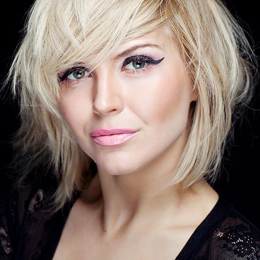 Medium hair blond